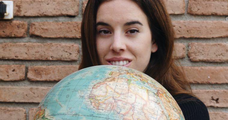 Cintia con mundo