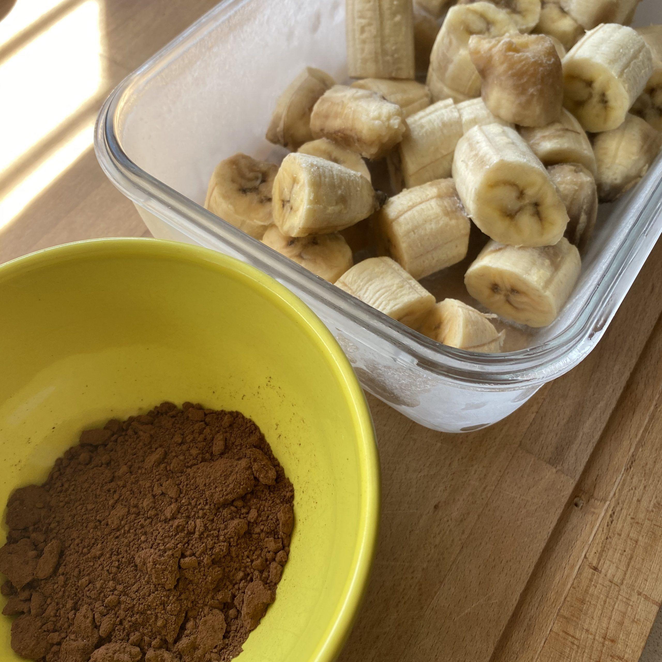 Saca los plátanos del congelador y prepara tus ingredientes. En mi receta utilicé cacao.