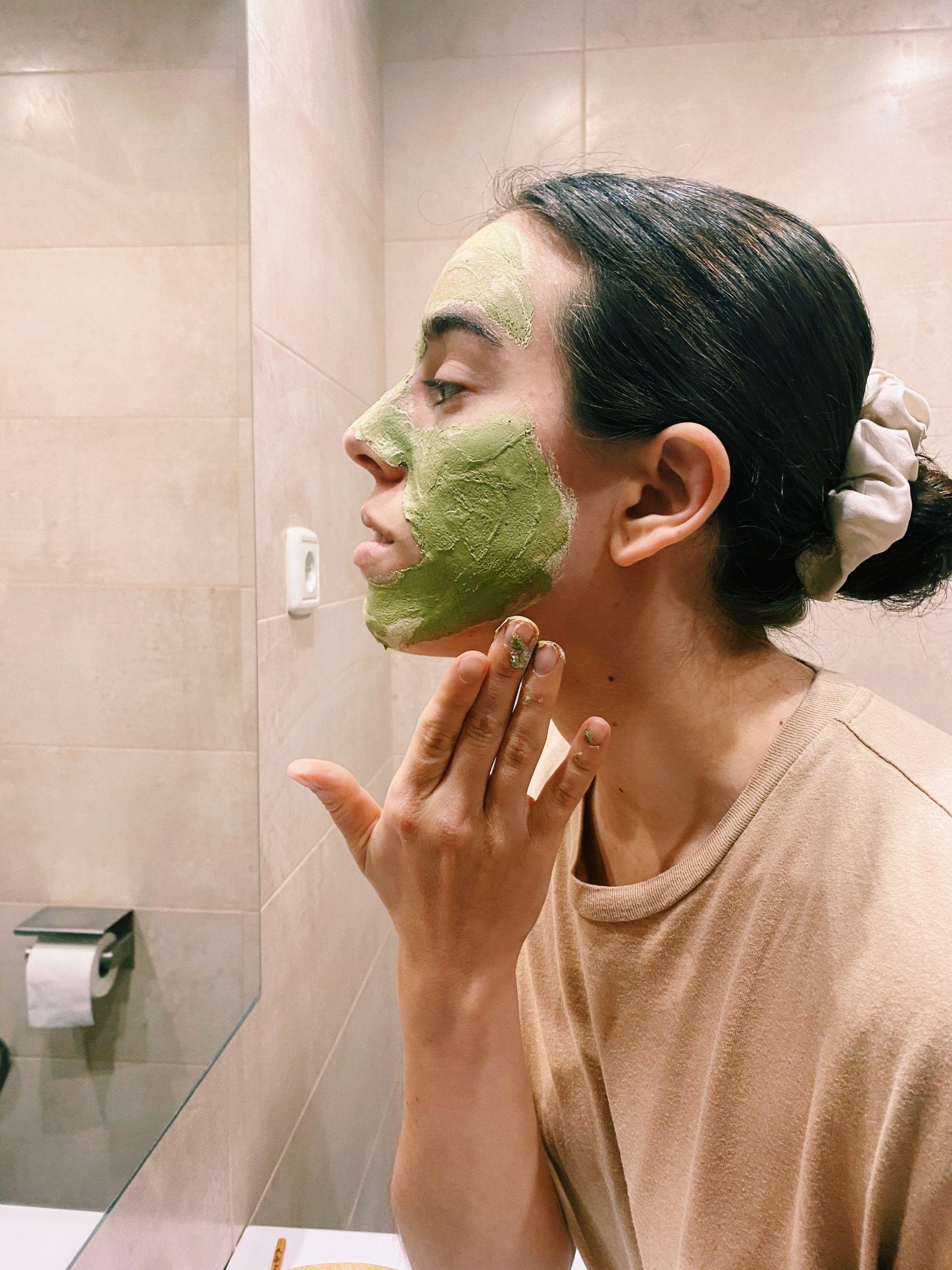 Aplica la pasta en tu rostro y deja actuar durante 10-15 minutos.